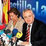El consejero de Bienestar Social, Tomás Mañas, junto a la presidenta regional de Cruz Roja, Manuela Cabero, durante la firma del convenio para el desarrollo del programa de Teleasistencia Domiciliaria durante el presente año.