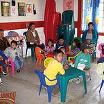 La Fundación presta ayuda en lugares de América del Sur, Centroamérica y Caribe, África del Norte y Oriente Medio, así como en África Subsahariana. Foto: Escuela en sudamérica con participación de la Fundación.