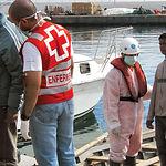 La mano amiga de los voluntarios de Cruz Roja con los inmirantes supone un soplo de aliento a quienes salen de su casa a buscarse la vida.