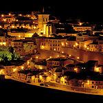Vista nocturna de Chinchilla de Montearagón; esta localidad conserva todo su sabor y estilo medieval de siglos pasados.