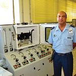 El coronel Carlos Caballero, jefe de la Maestranza de Albacete, junto a un banco de pruebas.