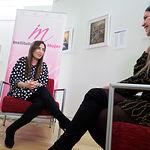 Mercedes Márquez, directora provincial del Instituto de la Mujer de Castilla-La Mancha, junto a la periodista Carmen García