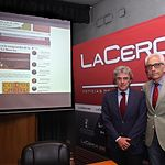 Leandro Esteban, consejero de Presidencia de la JCCM, junto a Manuel Lozano, director del Grupo Multimedia de Comunicación La Cerca.