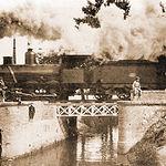 Convoy pasando por el llamado Puente de la Maquinilla, sobre el Canal de María Cristina, en dirección a Madrid.