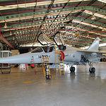Mirage F-1 de doble cabina en una operación de mantenimiento en las instalaciones de la Base.
