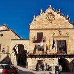 Fachada principal del ayuntamiento de Chinchilla, de estilo barroco, rematada con una efigie de Carlos III.