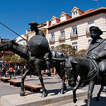 Monumento a Don Quijote y Sancho en la Plaza Mayor de Alcázar de San Juan (Ciudad Real).