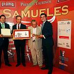 """VI Premios Samueles - De Izq. a Drcha., Francisco Núñez, presidente de la Diputación de Albacete; Enrique Simón Flores, presidente de AESA-OLV; Juan Canto """"Pimpi"""", empresario de caballos de picar; y el premiado Daniel López."""