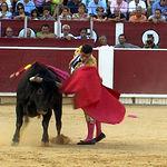 Rubén Pinar en un pase a su primer toro.