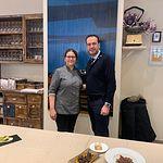 La propietaria de Taberna 'Ramona' (i), de Almansa, junto a Antonio Martínez Iniesta, miembro de la Academia de Gastronomía de CLM.