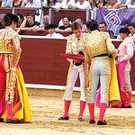 Juan Luis Rodríguez estuvo brillante en su alternativa en Albacete. En la imagen, recogiendo los trastos de Vicente Barrera, que le dio la alternativa, con José Tomás como testigo. Todo un lujo para el torero albaceteño.