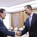Don Felipe recibe el saludo del presidente del Gobierno, Mariano Rajoy.