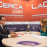 Santos Prieto, presidente de la Asociación de Empresarios de Campollano (ADECA), junto a la periodista Miriam Martínez durante la entrevista.
