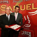 VI Premios Samueles - De izq. a drcha., Manuel Montoya, padre del torero fallecido y Javier Esperanza, subalterno y compañero de profesión que entregó el trofeo.
