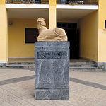 Reproducción de la Bicha de Balazote. Escultura íbera del siglo VI a.C. situada en la puerta del Ayuntamiento.