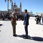 El presidente del Gobierno en funciones, Pedro Sánchez, y el rey Felipe VI se saludan.