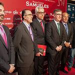 Marcial Marín, consejero de Educación Cultura y Deportes de la JCCM, entre Manuel Lozano, director de La Cerca, y Samuel Flores, junto a otras autoridades presentes en la gala.