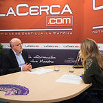 Pedro Antonio Ruiz Santos, delegado provincial de la JCCM en Albacete, junto a la periodista Miriam Martínez