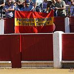 """Tal cual reza esta pancarta colocada este domingo, 16 de septiembre, en la plaza de toros de Albacete: """"Prohibido prohibir""""."""