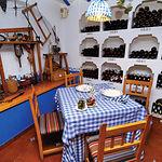 Los distintos rincones del restaurante Nuestro Bar nos acercan a la cultura y tradición de La Mancha.