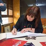 Cristina Narbona, exministra de Medio Ambiente y militante del PSOE, firmando en el libro de Honor del Grupo Multimedia de Comunicación La Cerca