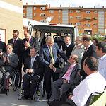 Tomás Mañas, consejero de Bienestar Social, entrega dos vehículos adaptados, con la ayuda financiera de la Obra Social y Cultural de CCM, en la Residencia de Discapacitados Físicos de Cuenca, a las asociaciones de Cocemfe y Aspaym.