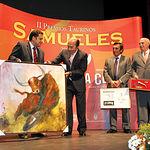 """El ganadero Samuel Flores recibió el premio """"Al toro más bravo"""" por """"Pimentito""""."""