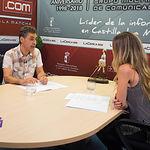 Francho Tierraseca, candidato para optar a la secretaría general de la agrupación local del Partido Socialista de Albacete, junto a la periodista Miriam Martínez