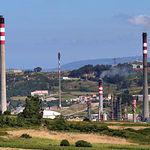 El uso del carbón, el gas o el petróleo como combustibles ha concebido una forma de desarrollo humano impensable sin la energía que suministran. Foto Refinería Repsol en La Coruña (Galicia).