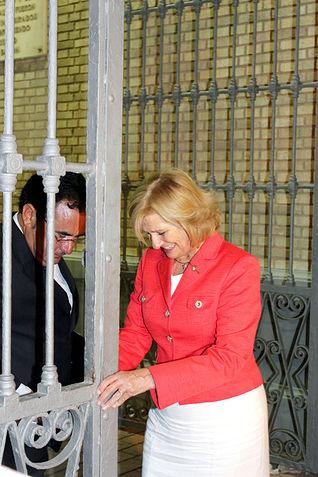 La alcaldesa de Albacete, Carmen Bayod, cerrando la Puerta de Hierros del recinto ferial de Albacete. Será hasta el año que viene.
