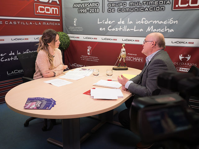 Pedro Antonio Ruiz Santos, candidato a la Secretaría Provincial del PSOE de Albacete, junto a la periodista Miriam Martínez