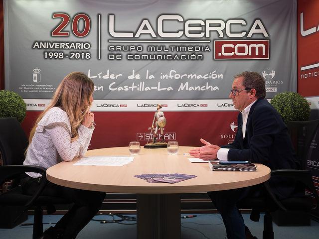 Antonio Martínez, diputado regional del PP en las Cortes de Castilla-La Mancha, y alcalde de Mahora, junto a la periodista Miriam Martínez.