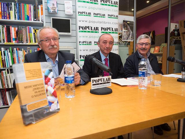 """De izq. a der., José Martino Sánchez, Fernando Lamata y Juan Antonio Mata, durante la presentación del libro: """"Medicamentos, ¿Derecho Humano o Negocio?"""
