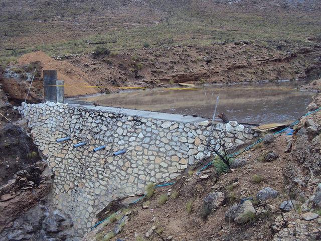 Dique de cierre de barranco en construcción lleno de agua después de una tormenta. Hellín (Albacete). 2013. Fuente: TRAGSA Albacete. En medio del dique se observan los mechinales (3).