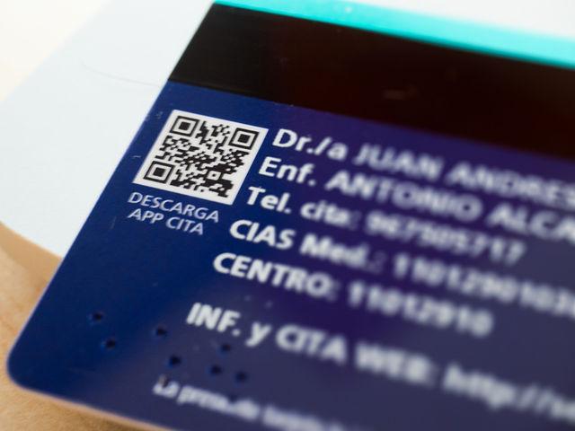 Código QR de las nuevas tarjetas sanitarias que te lleva a la descarga de la qplicación de Cita previa en Atención Primaria del SESCAM para móviles.