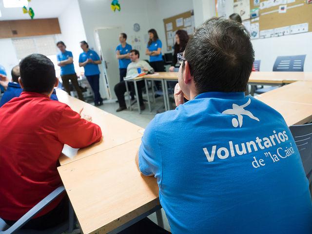 """Voluntarios de """"la Caixa"""" visitan las instalaciones de la Asociación Desarrollo"""