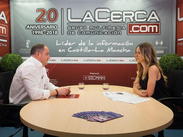 Emilio Sáez, diputado del Grupo Parlamentario Socialista en las Cortes de Castilla-La Mancha, junto a la periodista Miriam Martínez