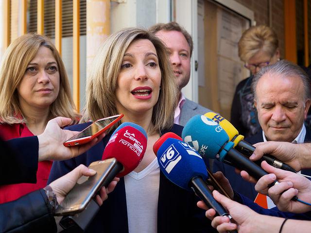 María Dolores Arteaga, candidata de Ciudadanos al Congreso por Albacete, atendía a los medios de comunicación después de ejercer su derecho al Voto.