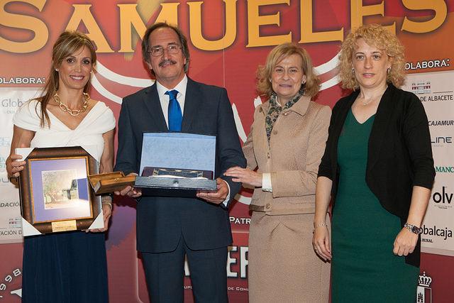 Javier Hurtado, del programa de TVE 'Tendido Cero', recibiendo la Mención Especial del Jurado de los IX Premios Taurinos Samueles.