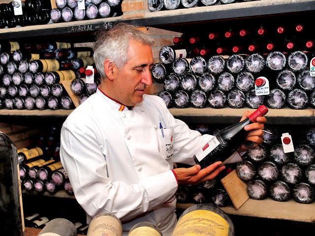 El cocinero toledano, Adolfo Muñoz, es uno de los grandes defensores del vino castellano-manchego a nivel internacional.