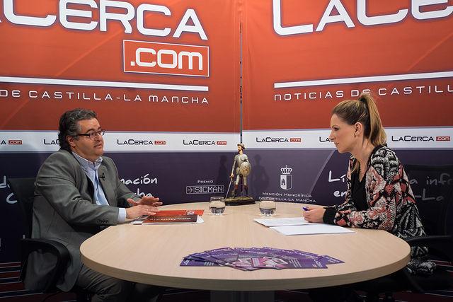 Francisco Ferrer Cuesta, presidente de FACUA Castilla-La Mancha, junto a la periodista Miriam Martínez.