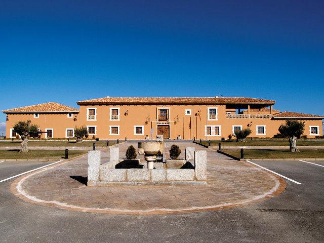 El conjunto arquitectónico de la bodega está realizado con buen gusto y perfectamente integrado en el terreno