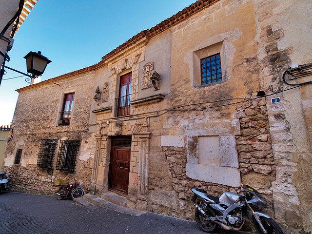 El Palacio de la familia Barnuevo posee una bella fachada barroca del siglo XVIII.
