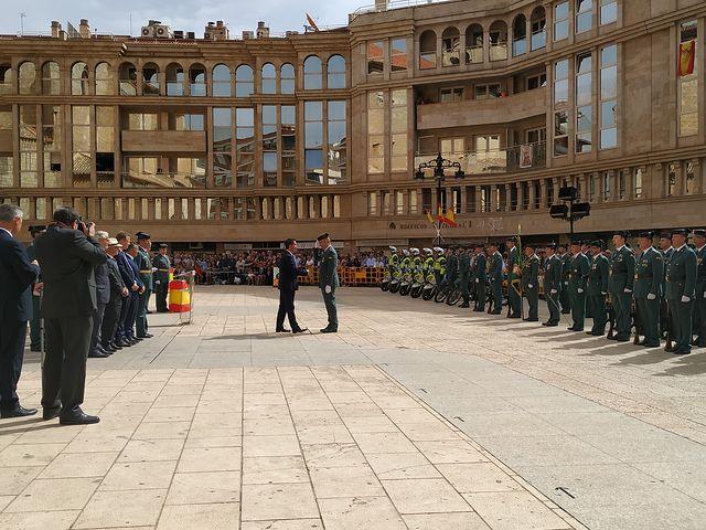 Santiago Cabañero participa en los actos organizados por la Guardia Civil con motivo de la festividad de la Virgen del Pilar entregando dos cruces de la Orden del Mérito de la Guardia Civil con distintivo Blanco.