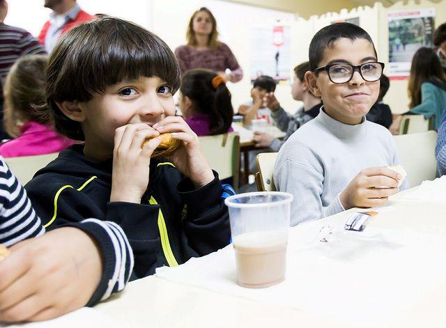 """«Ningún niño sin bigote», impulsada por la Obra Social """"la Caixa"""" y CaixaBank en favor del Banco de Alimentos."""