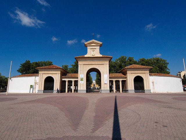 El edificio ferial es un ejemplo de arquitectura manchega destinada a la actividad comercial. Foto: Actual edificio ferial.