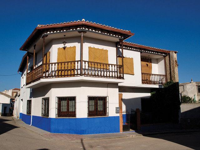Casa típica en la localidad de El Romeral (Toledo), adornada con las clásicas cortinas de esparto, usuales en la zona.