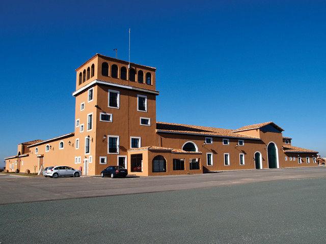 Vista del edificio de la bodega por su parte del Torreón.
