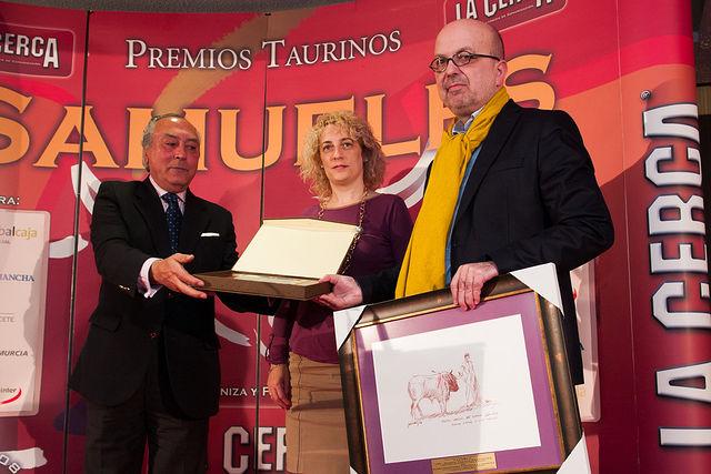 """La Mención Honorífica del Jurado de la VIII edición de los Premios Taurinos """"SAMUELES"""" ha recaído en Radio Televisión Castilla-La Mancha. Recogió el premio Ignacio Villa, director General del Ente Público de Radio Televisión de CLM, a la drcha. de la foto"""