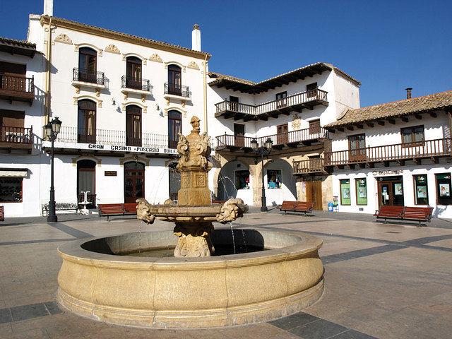 Vista de la Plaza Mayor de Tarazona de La Mancha con su fuente del año 1928.